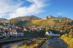 Fiume di Murg con il castello Eberstein in Gernsbach Obertsrot Fotografie Stock Libere da Diritti