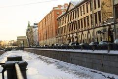 Fiume di Neva lungo la via Fotografia Stock Libera da Diritti