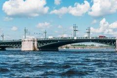 Fiume di Neva, di St Petersburg e ponte, paesaggio di vista di estate fotografia stock