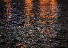 Fiume di notte, acqua scura Fondo, struttura fotografia stock