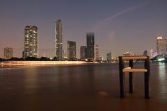 Fiume di phraya di Chao alla notte Fotografie Stock