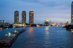 Fiume di phraya di Chao alla notte Immagini Stock Libere da Diritti