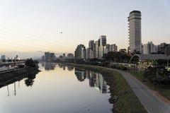 Fiume di Pinheiros a Sao Paulo entro Night Fotografie Stock
