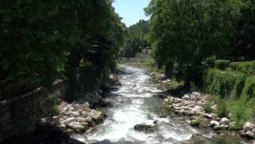 Fiume di Sandanska Bistritsa che passa attraverso la città di Sandanski archivi video