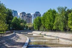 Fiume di Vesnovka nella città di Almaty in primavera, il Kazakistan Fotografie Stock