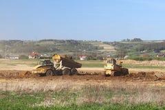 Fiume di Vislock, Polonia - possono 2, 2018: Un autocarro con cassone ribaltabile è caricato con suolo La terra funziona nella ca Fotografia Stock Libera da Diritti