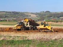 Fiume di Vislock, Polonia - possono 2, 2018: Un autocarro con cassone ribaltabile è caricato con suolo La terra funziona nella ca Fotografie Stock
