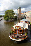 Fiume di Vltava e di Praga Immagini Stock