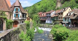 Fiume di Weiss della La nel villaggio di Kayserberg nell'Alsazia stock footage
