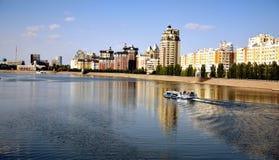 Fiume di Yesil a Astana fotografie stock
