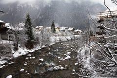 Fiume di Ziller nell'inverno Mayrhofen, Austria Immagine Stock