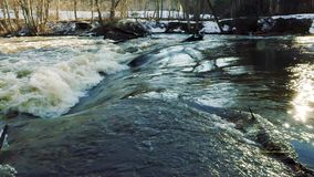 Fiume durante l'inondazione della molla archivi video