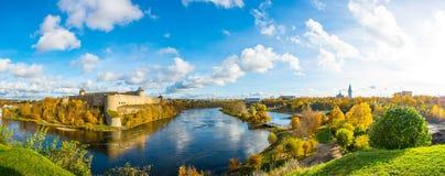 Fiume e castello soleggiati di autunno  Immagini Stock