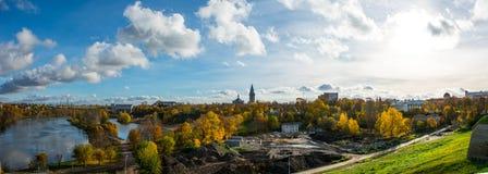 Fiume e castello soleggiati di autunno Fotografia Stock