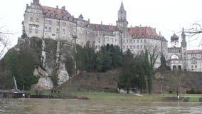 Fiume e castello sulla riva Sigmaringen, Baden-Wurttemberg, Germania stock footage