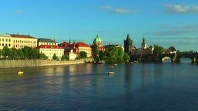 Fiume e Charles Bridge della Moldava a Praga video d archivio