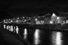 Fiume e città alla notte (B&W) immagini stock libere da diritti