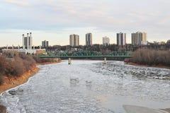Fiume e città del ghiaccio di inverno immagini stock