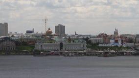 Fiume e città a terra Kazan, Tatarstan, Russia video d archivio