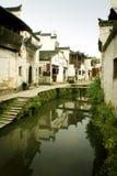 Fiume e costruzioni antiche in sud della Cina Fotografia Stock Libera da Diritti