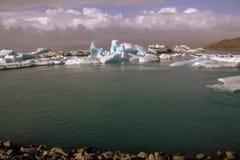 Fiume e icefloat glaciali di Jokulsarlon sul fiume Fotografia Stock Libera da Diritti