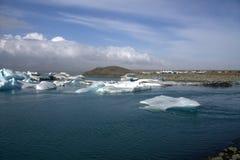 Fiume e icefloat glaciali di Jokulsarlon sul fiume Fotografia Stock