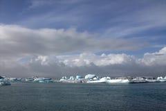 Fiume e icefloat glaciali di Jokulsarlon sul fiume Fotografie Stock