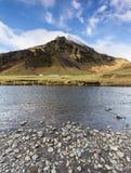 Fiume e montagna islandesi Immagini Stock