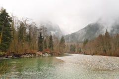 Fiume e montagne nell'inverno Fotografia Stock