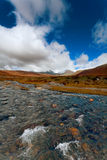 Fiume e montagne ruvidi Fotografia Stock