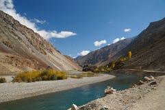 Fiume e montagne in valle di Ghizer nel Pakistan del Nord Immagine Stock