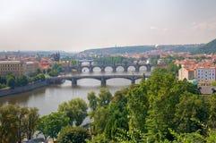 Fiume e ponticelli di Praga Immagine Stock Libera da Diritti