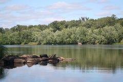 Fiume e riverbank Fotografie Stock Libere da Diritti
