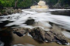 Fiume e rocce precipitanti a cascata Fotografie Stock