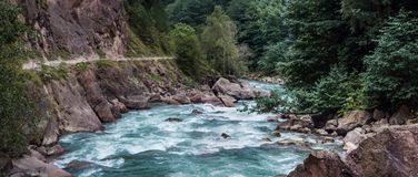 Fiume e scogliera rapidi della montagna Fotografie Stock Libere da Diritti