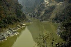 Fiume e strada a Chitwan nel Nepal Immagini Stock Libere da Diritti