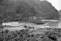 Fiume e strada a Chitwan nel Nepal Fotografia Stock