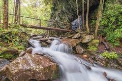 Fiume e tracce fumosi del parco nazionale delle montagne Immagini Stock