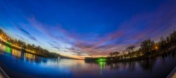 Fiume e tramonto immagine stock