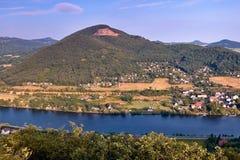 Fiume europeo Elba nel villaggio di Cirkvice sotto la collina di Deblik una volta osservato dall'allerta di kamen di Mlynaruv in  Immagine Stock