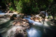 Fiume a flusso rapido della montagna nelle alpi europee Fotografia Stock Libera da Diritti