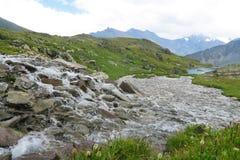 Fiume a flusso rapido della montagna Una valle di 7 laghi Montagne di Altai, Russia immagini stock libere da diritti