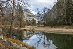 Fiume Forest Mountains e riflessione in parco nazionale di Yosemite Immagini Stock