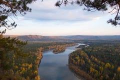 Fiume in forma di s siberiano in autunno fotografie stock libere da diritti