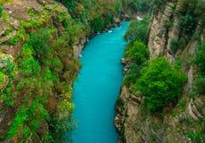 Fiume fra il canyon e la foresta Manavgat, Adalia, Turchia Fiume blu Trasportare turismo con una zattera fotografie stock