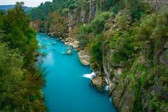 Fiume fra il canyon e la foresta Manavgat, Adalia, Turchia Trasportare turismo con una zattera fotografie stock libere da diritti