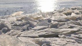 Fiume freddo con un lof di piccoli mazzi di ghiaccio stock footage