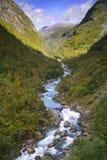 Fiume freddo in valle della montagna Fotografia Stock