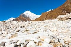Fiume ghiacciato H della montagna dell'Himalaya del picco di Langtang Lirung Fotografie Stock