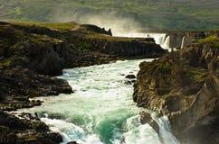 Fiume glaciale con la cascata di Godafoss nel fondo, Islanda Immagini Stock